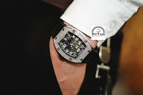 Chọn đồng hồ theo màu da cho nam giới Bước đầu tiên để chọn ra được chiếc đồng hồ phù hợp nhất là xác định màu da của bạn. Mỗi người đều sở hữu một tông da đặc thù. Chính vì tông da trắng, vàng, nâu đều sẽ ít nhiều ảnh hưởng cách chọn đồng hồ. Để xác định màu da của bạn, bạn nhìn vào vùng da trên cổ tay và xem xét chúng dưới ánh sáng tự nhiên. Bản thân cổ tay là nơi tốt nhất để đánh giá tông màu da. Nếu bạn có những đường gân màu xanh hoặc tím, bạn thuộc loại da có tông lạnh và chắc chắn màu da của bạn rất tuyệt. Nếu chúng xuất hiện màu xanh lá cây, bạn có làn da tông ấm. Tuy nhiên, nếu chúng xuất hiện màu xanh ở một số nơi và màu xanh lá cây ở những nơi khác, bạn có tông màu da trung tính. Ngoài ra, làn da có tông ấm cũng dễ bắt nắng hơn hẳn da tông lạnh. Với quý ông da có làn da tông lạnh, da sáng màu Việt Nam là xứ nhiệt đới thì số lượng nam giới trưởng thành sở hữu làn da trắng sáng không có nhiều. Những nam giới sở hữu màu da sáng thường sẽ có phong cách thanh lịch và với làn da như vậy thì việc chọn lựa màu sắc của đồng hồ cũng trở nên dễ dàng hơn. Bạn có thể lựa chọn đồng hồ với mọi sắc màu, tuy nhiên những chiếc đồng hồ có tông sáng, nhẹ như màu be nhạt hoặc nâu mới là sự lựa chọn thông minh nhất cho làn da sáng màu. Vậy với người có da tông ấm, rám nắng, sẫm màu Nếu bạn có làn da sẫm màu thì chắc hẳn bạn là người có cá tính mạnh mẽ và nam tính, ưa hướng ngoại và thích các hoạt động ngoài trời. Hãy chọn cho mình những chiếc đồng hồ có màu sáng để làm nổi bật lên sức sống từ làn da của bạn. Bạn cũng có thể chọn những gam màu mang cảm giác ấm áp như vàng, đỏ, cam, hồng, ánh kim. Trong số đó, ánh kim chính là sự lựa chọn hoàn hảo nhất. Bên cạnh đó, những loại đá mang sắc trắng như kim cương cũng dễ dàng tôn lên vẻ đẹp của làn da tông ấm. Một số lưu ý cụ thể khi chọn đồng hồ theo màu da cho nam giới Lựa chọn dây đeo Bạn có thể chọn bất kỳ dây đeo (trừ kim loại) cho bất kể tông màu da nào như là dây cao su, da lộn, nhựa hay dây vải tổng hợp. Tuy nhiên, đối với dâ